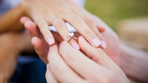 надевать на палец золотое кольцо