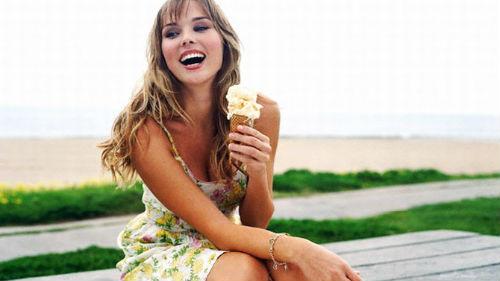 есть мороженое девушке