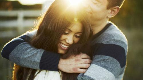 обнимать любимую
