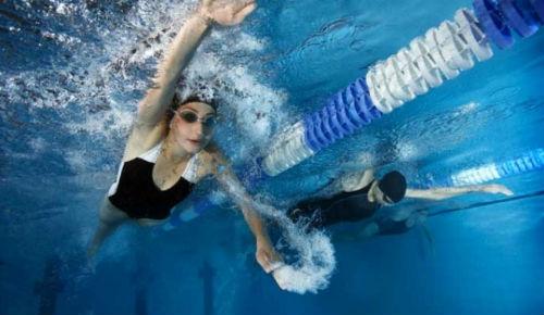 плавать в воде