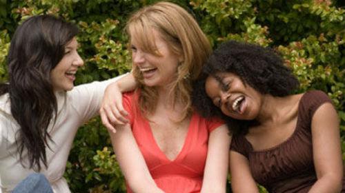 смеяться с друзьями