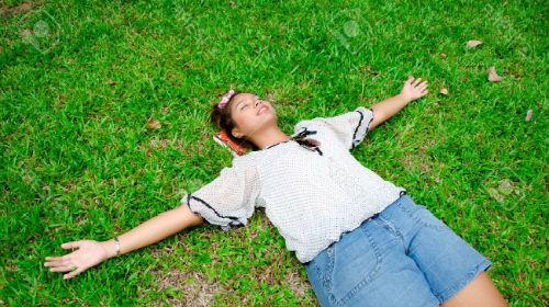 к чему снится спать на земле