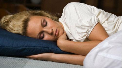 спящий человек во сне