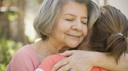 покойная мама обнимает