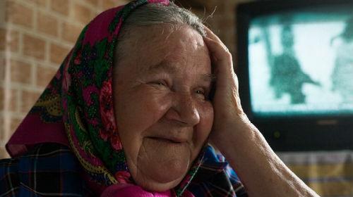 покойная бабушка улыбается