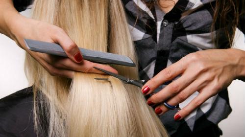 стричь волосы своей подруге