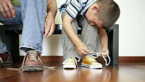 завязывать шнурки себе