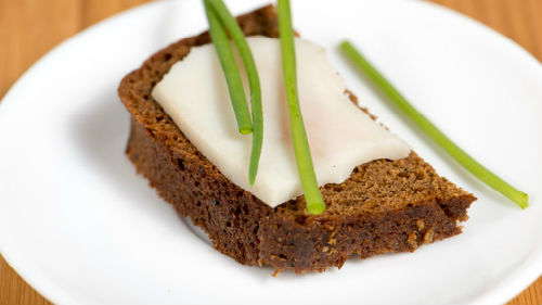 кушать хлеб с салом
