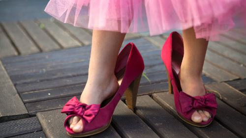 примерять чужую обувь