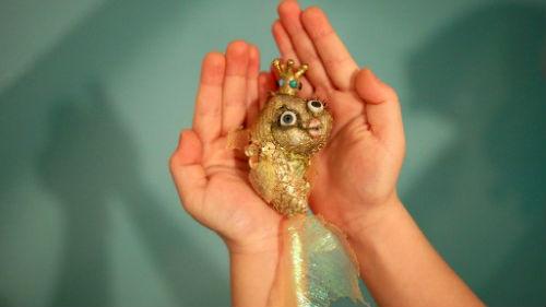 золотая рыбка в руках