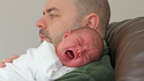 маленький мальчик плачет на руках