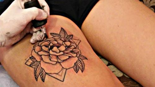 делать татуировку на ноге