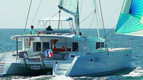 плыть на яхте в море