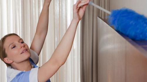 вытирать пыль с мебели