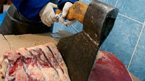 рубить мясо топором