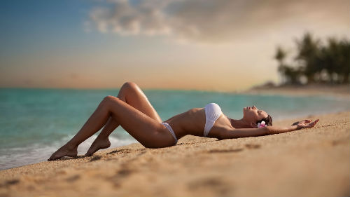загорать на пляже на берегу