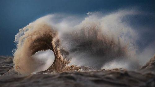бушующее море волны большие
