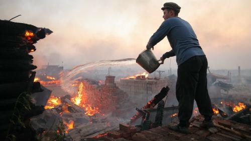 тушить огонь водой