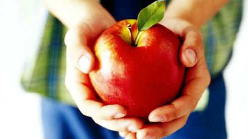 угостить яблоком
