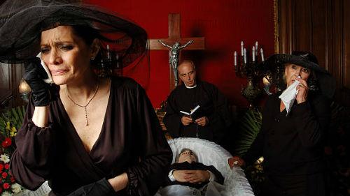 быть на похоронах мужа