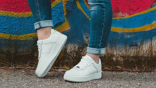 носить белые кроссовки