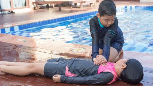 спасти утонувшего ребенка