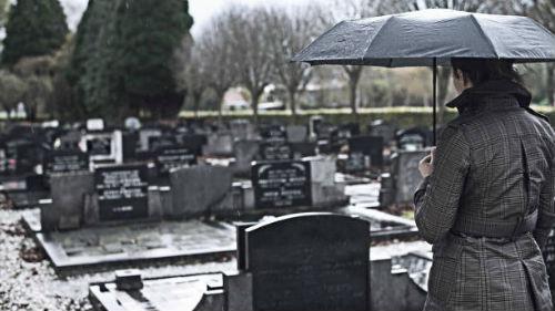забыть на кладбище