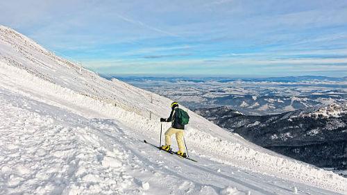 подыматься на снежную гору