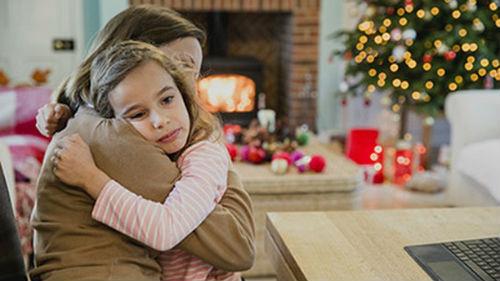 утешать девочку