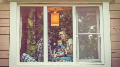 сидеть за окном