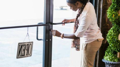 к чему снится закрывать дверь на ключ