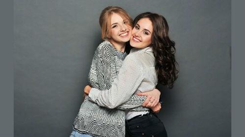 обниматься с подружкой