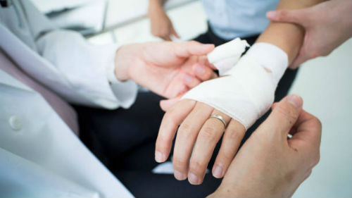 кольцо на руке при травме