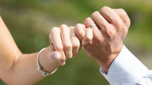 видеть левую руку с кольцом