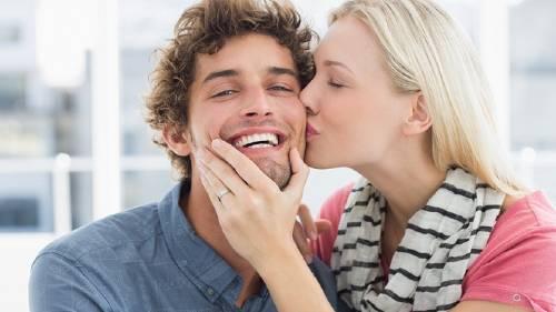 к чему целовать щеки во сне