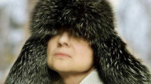 шапка меховая на голове