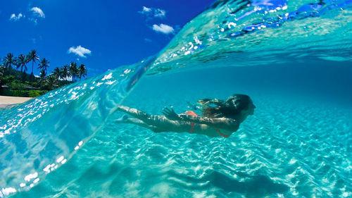 плавать по волнам