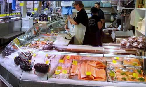 рыбный прилавок на рынке