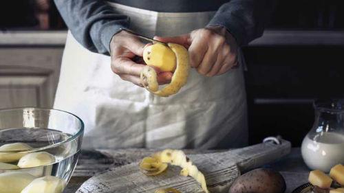 чистить картошку сырую