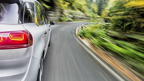 ехать на дорогой машине