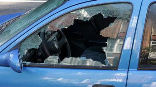разбитое окно в машине