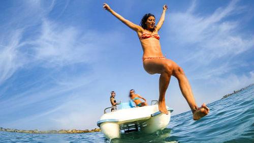 прыгать в голубое море