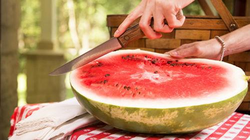 разрезать спелую ягоду