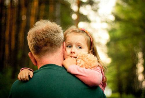 Как отец гладит свою доч