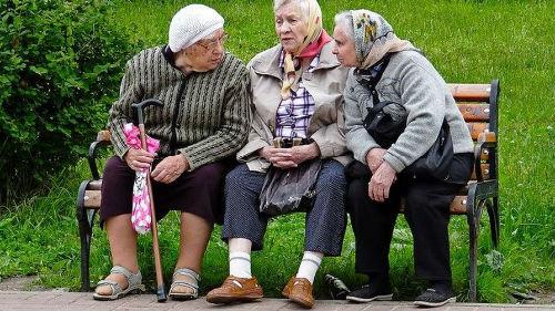 старушки на лавке у подъезда