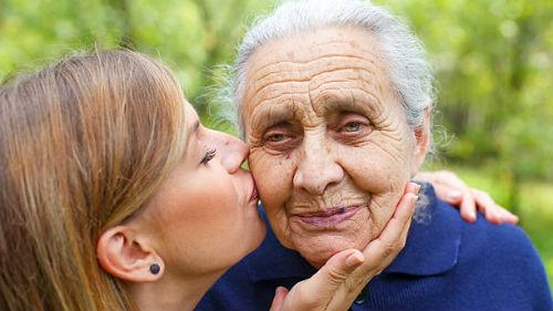 внучка целует