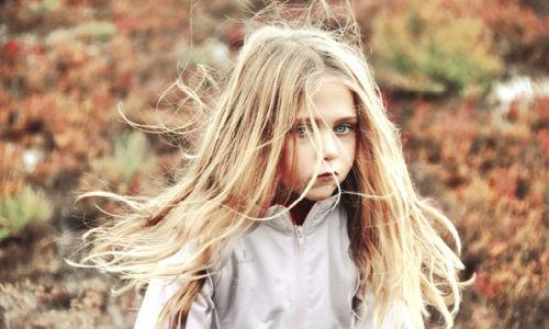видеть девочку с длинными волосами