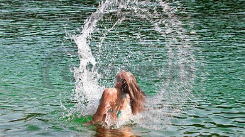 купаться в реке