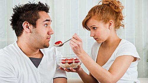кормить супруга