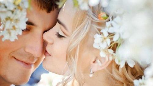 красивая девушка целует